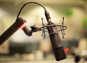 Radiomirkofon vor unscharfem Hintergrund